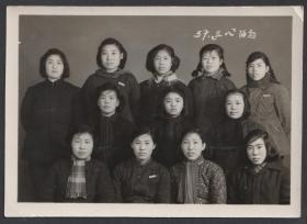 1957年,三八妇女节合影老照片
