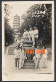 1956年,南京灵谷寺合影留念老照片,爬上铜炉留念照
