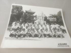 1977年农医专修班毕业合影(东湖工农兵雕像、现行吟阁)