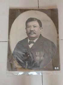 民国侨领佩六品功牌肖像照 尺寸超大。左胸佩两广总督岑春煊颁发双龙戏珠六品功牌