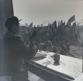 1975年底片一张:肥东县革委会领导对集会的群众说话