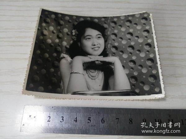 【老黑白照片(相片)】八十年代带珍珠项链美女照片一张 10.5*8.3公分