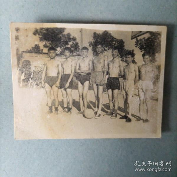 老照片 赤膊上阵的蓝球队员(疑为西安交大一批照片)五十年代末六十年代初
