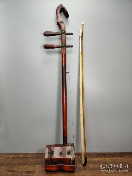 珍藏红木雕刻太极八卦老二胡一把  由琴筒、琴杆、琴皮、弦轴、琴弦、弓杆、千斤、琴码和弓毛(马尾鬃)等组成(一物一图) 直径长83厘米宽13厘米厚10厘米,重820克
