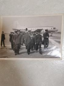 空军司令员视察开封飞机场(原版照片)