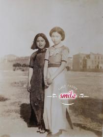 民国天津风景照片旗袍美女在天津英租界工部局(私人拍摄)