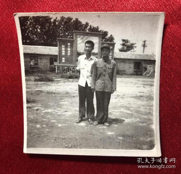 穿军装的男军人在毛主席标语牌前留影老照片