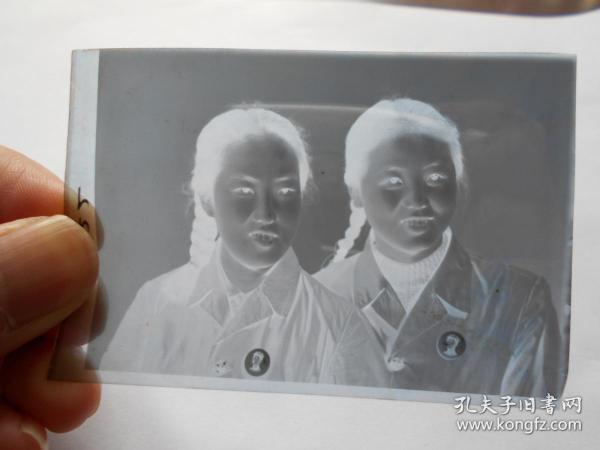老照片【文革,军人,大辫子女青年底片,33张】有的戴毛主席像章