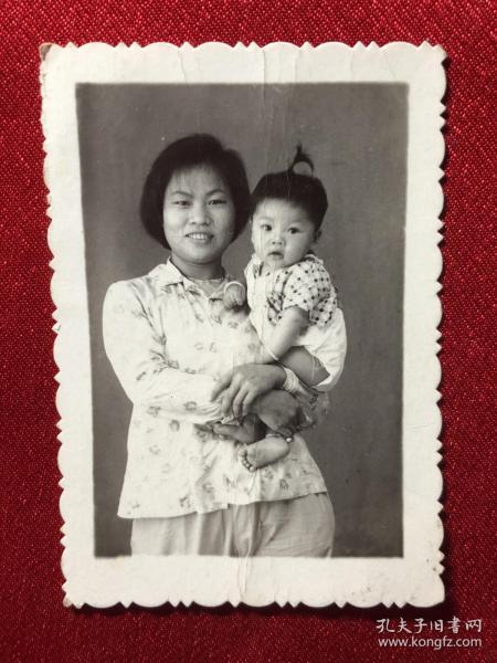 女青年抱着小女孩老照片一枚