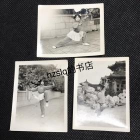 【系列照片】早期北京中山公园塘花坞等景点前少女练习武术留影3张合售,老照片内容少见、品质颇佳