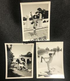 【系列照片】早期北京颐和园各景点前少女练习武术留影3张合售,老照片内容少见、品质颇佳