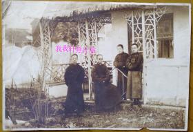 民国老照片:民国早期,四位穿长衫马褂的知识分子,草庐下合影留念