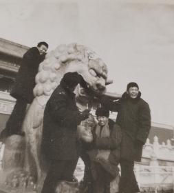 上面有人,天安门和颐和园门前的石狮子,能上人的时代,两张照片保存如新