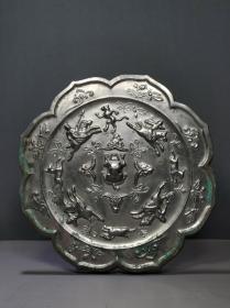 朋友前些年高价淘来的铜镜,图纹四骑打猎的白光铜镜,也不懂,当时是看入眼,看上去倒挺喜欢的。现急需用钱,委托原价出售。直径约22公分,厚约0.9公分,重约1.5公斤。