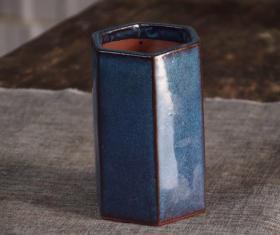 紫砂均釉六角笔筒7/8十年代,紫砂均釉六角笔筒,底部有款,(葛明祥造)口径9厘米,高16,釉水一流,全品