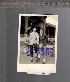 建国早期北京故宫内一鹤两妇女老照片,尺寸8*12CM