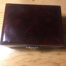 天然翡翠(A货)。玉品为:绿晴底.糯冰种.飘绿花。圆雕葡萄形手把件。产品名—硕果累累!附一个暗花红漆工艺的红木质老首饰盒。