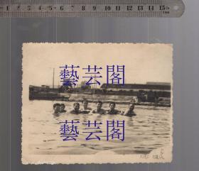建国早期苏州运河边群男游泳老照片,尺寸14*11CM