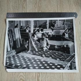 【文革新闻照片】全国工业新闻织布照片一张