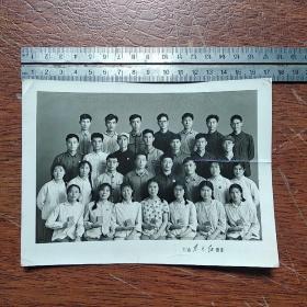 胸戴毛主席像章手捧红宝书的革命造反青年老照片合影留念老照片