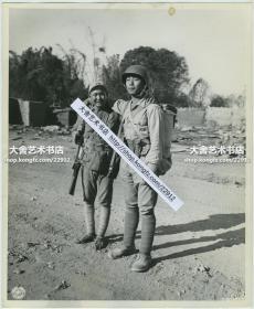 1945年1月26日,中印公路(史迪威公路,昆明到印度)缅甸段通车后的第一批车队,全副美式装备的国民党国军士兵和普通国军士兵亲切合影老照片,他们在外形上的差距一目了然。25.3X20.8厘米。