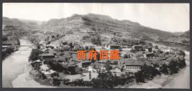 九十年代,一个河湾城镇的老照片,由两张拼成一张