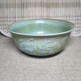 老瓷器,宋代天青釉汝窑划花碗,大碗一件。有缩釉孔,碗边有一处爆釉,尺寸看图。多年油污污渍尽力了,清洗不掉了。