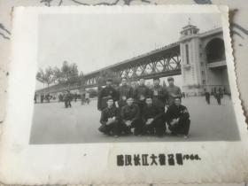 1966年文革武汉长江大桥旁手持语录合影