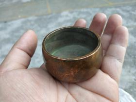 """小琴炉,一柱香,老居士曾用旧物""""家藏珍宝""""字款紫铜小香炉,口径5厘米袖珍型,手可盈握而份量不轻,工艺极精,轻烟缭绕、人生一乐,包浆古旧。"""