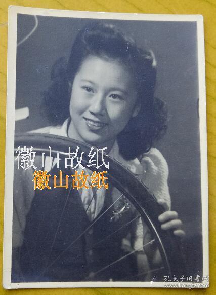 """民國老照片:民國明星——燙發美女與自行車輪胎。背面有""""照片專家""""字樣。應當是:""""照片專家,良友影迷社,上海城隍廟一〇一""""。"""