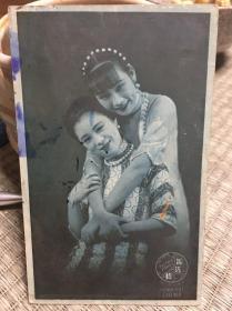 民国 原版照片【胡蝶和其堂妹胡珊合影],照片版明信片一张,包老包真。