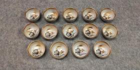 """日本精美《九谷烧鸡缸杯》 杯中有雄鸡两只及花卉图等 底部有""""九谷""""等几字 杯口直径5公分左右,高3.5公分左右"""