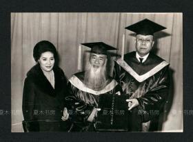 画坛宗师 张大千夫妇、张其昀三人合影,张其昀向张大千颁发名誉哲士证书留影,原版老照片