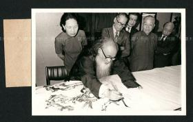 画坛宗师 张大千作画留影,黄君璧等画家旁观,1976年,原版老照片
