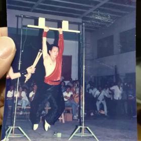 """八十年代老照片 南少林""""三十六宝""""传统拳术传承人--洪光荣硬气功照 13*9cm"""