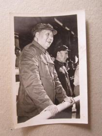 文革时期毛主席和林彪同志在天安门城楼上接见红卫兵照片
