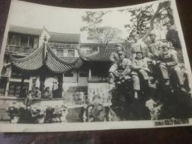 一群军人50年代苏州狮子林合影