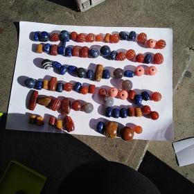 青金石,战国红玛瑙,红玛瑙,灰玛瑙,一线天玛瑙,还有几颗老琉璃珠子,单买一个29包邮,10个以上20包邮。青金石长珠子1.7*1.8,圆珠子2*2,其他的朋友们和这两个比较着看大小吧
