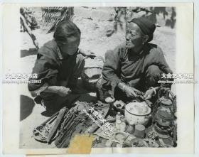 民国1943年7月云南保山市场里做生意的妇女老照片,当时的大背景是十分之七的保山在日军狂轰滥炸中被摧毁,三万人伤亡。