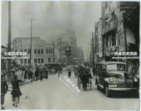 民国1944年四川重庆闹市区王延松创办建国银行建国银行,交通警察信号灯,老汽车老公交等,老汽车的牌照是渝国2487号