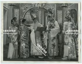民国1935年著名的中国广东广州粤剧表演团在美国洛杉矶访问演出期间彩排老照片,众多名角参演,由左至右:西丽霞(著名粤剧坤角)、黄侣侠(女武生)、苏少棠(英文解释说中间有胡须的人)、少新权(英解新郎)、肖丽章(英解新娘,男反串女)