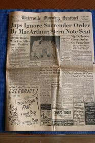 1945年8月16日《沃特维尔晨报》二战结束日本投降当日的第二天老报纸,日本Hirohito裕仁天皇承认是原子弹帮助盟军取得胜利,各界人士热烈庆祝胜利,麦克阿瑟将军指着天皇签字漫画等