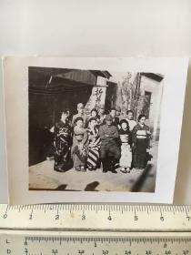 民国抗战时期原版老照片:日军折井部队日本军官和妇女子合影
