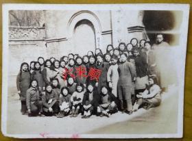 """【老照片】:北京慕贞女中——校门口合影,校长:刘治庭——校简史:始建于1872年。初名京都慕贞女书院,后历经北平市私立慕贞女子中学、北京市私立慕贞女子中学(简称慕贞女中)等,是中国最早的教会女中之一。与汇文、育英、贝满并称京城""""四大教会名校""""。 1951年曾改名北京育新女子中学,1952年更名北京女子第十三中学,1972年更名北京市第一二五中学。"""