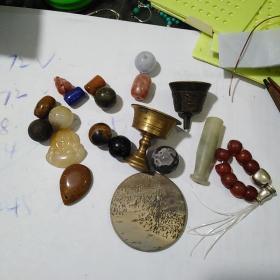 小物件一堆,都是真材实料,通走不单卖,大小共28个东西买前想好,售出不退。最黑的那颗珠子挺沉的,不知啥石头。
