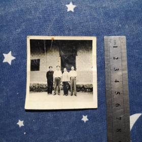 老照片:1964年4月17日毛华初(毛主席侄子)、钱希均(毛泽民妻子)等在毛主席旧居前合影