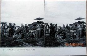 清代民国老明信片-广西东兴正在雨中休息的工人雨伞服饰