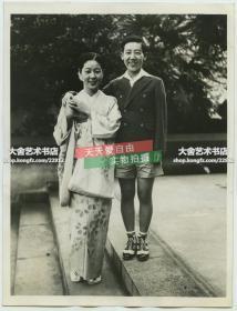 1939年日本著名间谍川岛芳子(高台阶站立者)在天津被暗杀,照片为其在拜访日本演员的时候所拍。爱新觉罗·显玗,汉名金碧辉,清朝肃亲王爱新觉罗·善耆第十四女。20.3X15.4厘米