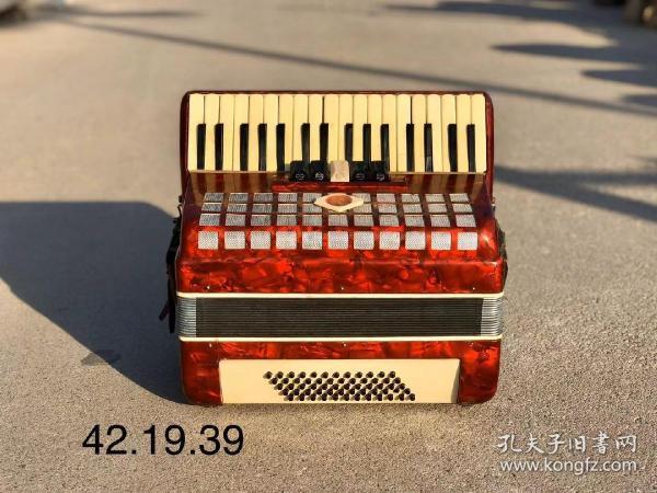 六十年代手风琴,全品,正常使用,收藏佳品,尺寸42.19.39cm