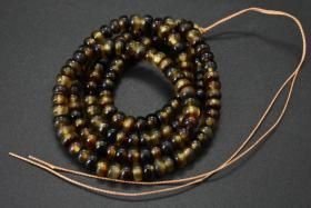 (乙5571)《顶级材料手串或项链》1串 顶级材料  手串周长为:62cm  手链单颗尺寸:0.63*0.37cm 重20.15g 。手串无松紧